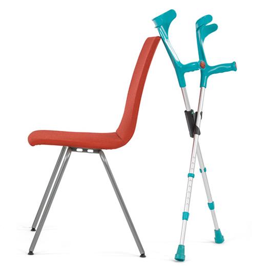 XCLIPillä varustetut kyynärsauvat nojallaan kevyesti tuolin selkänojaa vasten. Sauvat pysyvät pystyssä hyvin pientä tukipintaa vasten.