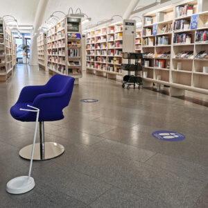 Valkoinen kyynärsauvateline Metso-kirjaston asiakaspalvelupisteessä